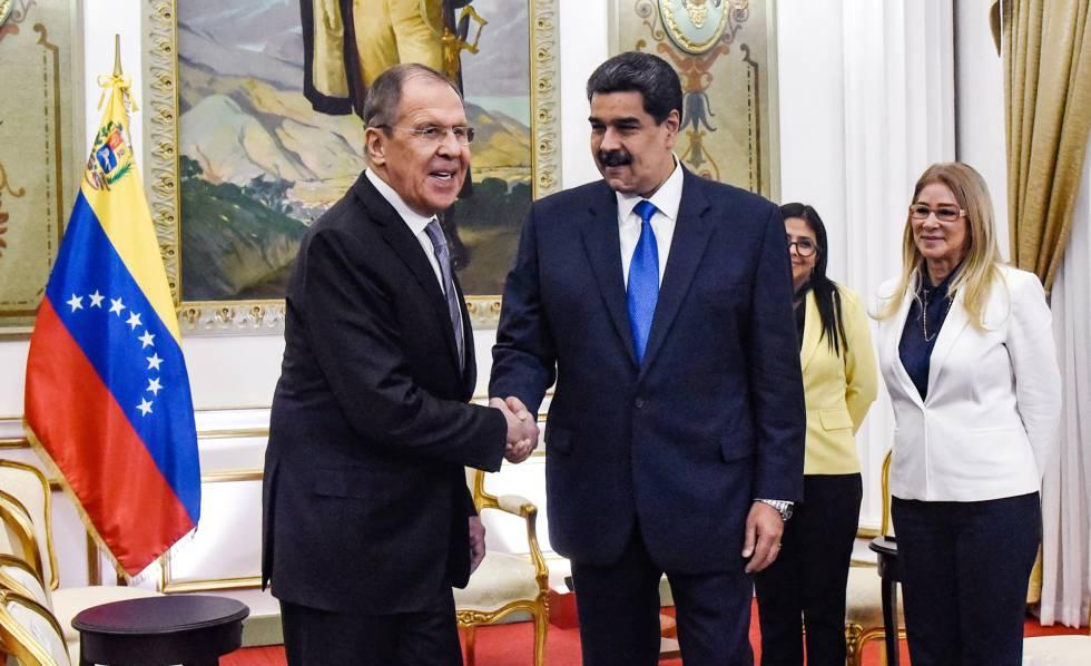 Nicolás Maduro (derecha) estrecha la mano a Serguéi Lavrov, este viernes en Caracas.