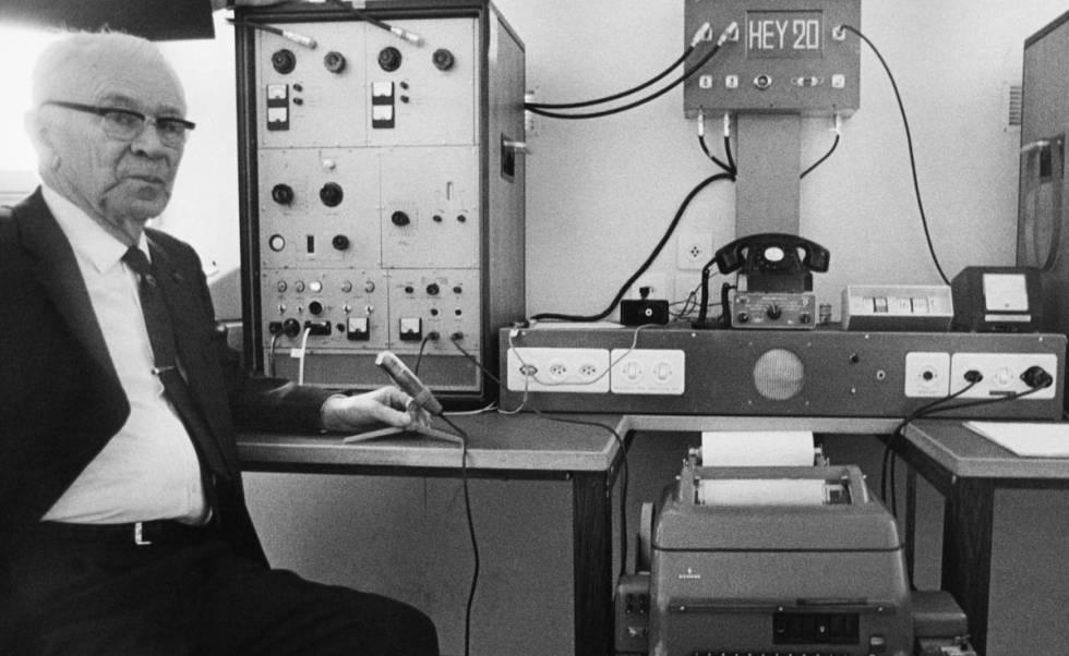 Boris Hagelin, con una máquina de cifrado. GETTY