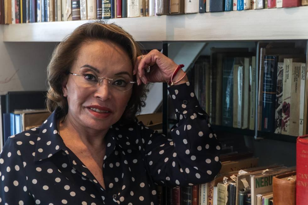 Elba Esther Gordillo en la biblioteca de su domicilio.
