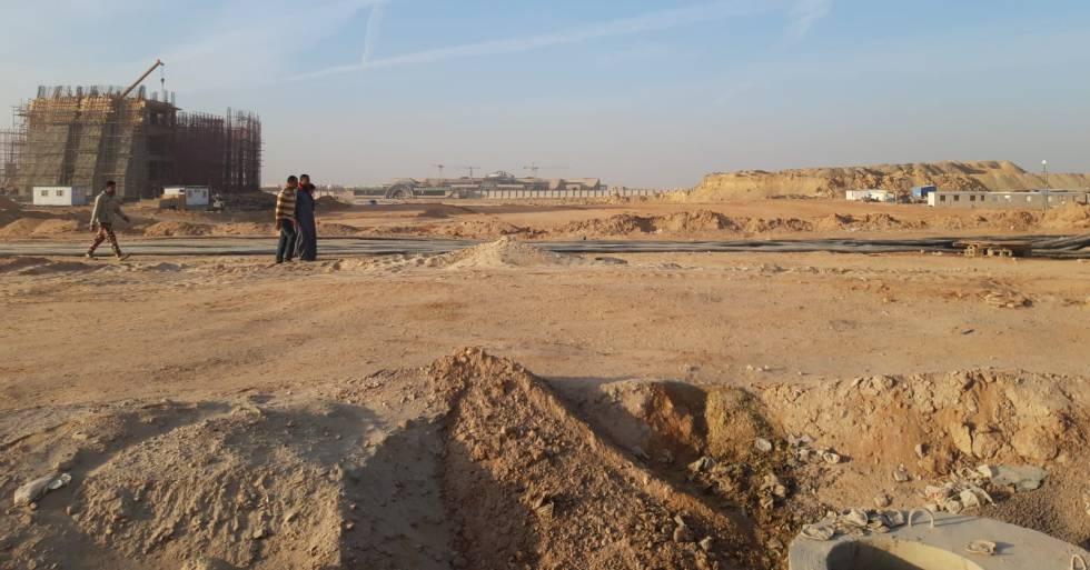 Al fondo, obras del palacio presidencial, en la Nueva Capital Administrativa de El Cairo, el jueves pasado.