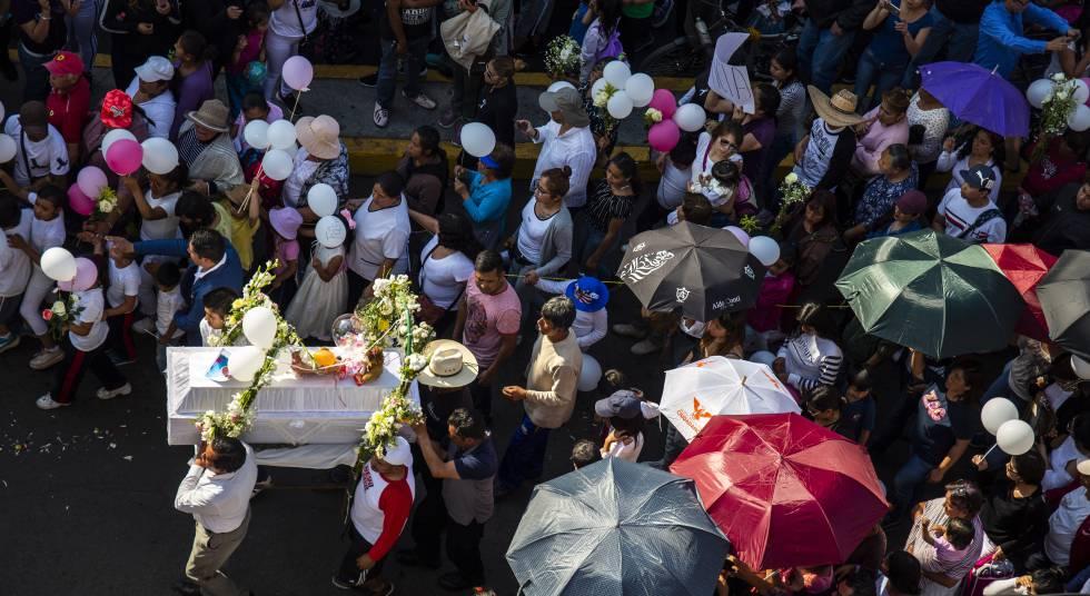 Amigos y familiares de Fátima caminan con el féretro durante el funeral.