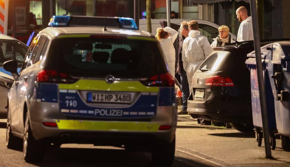 Expertos forenses en el bar donde ocurrió el ataque.
