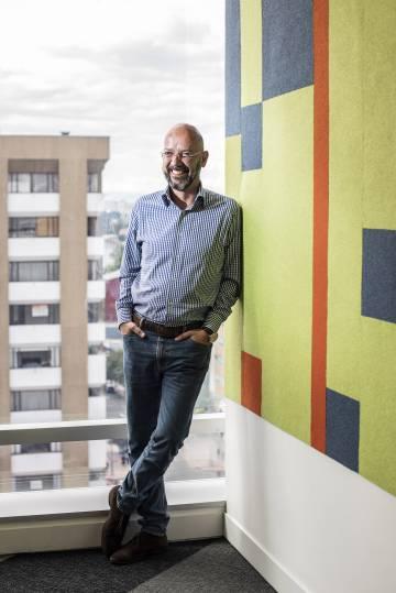 Ricardo Calderón, ganador del premio Rey de España, en las instalaciones de revista Semana en Bogotá.