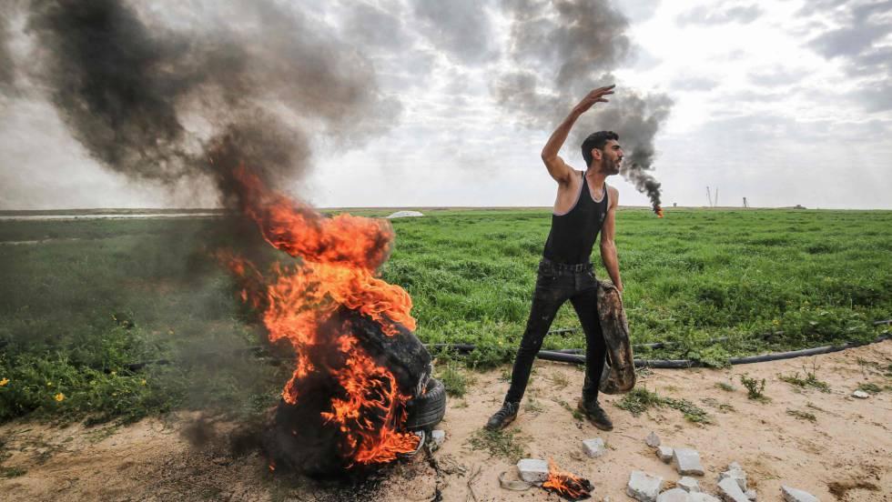 Un manifestante palestino, el domingo en la frontera de Gaza con Israel.
