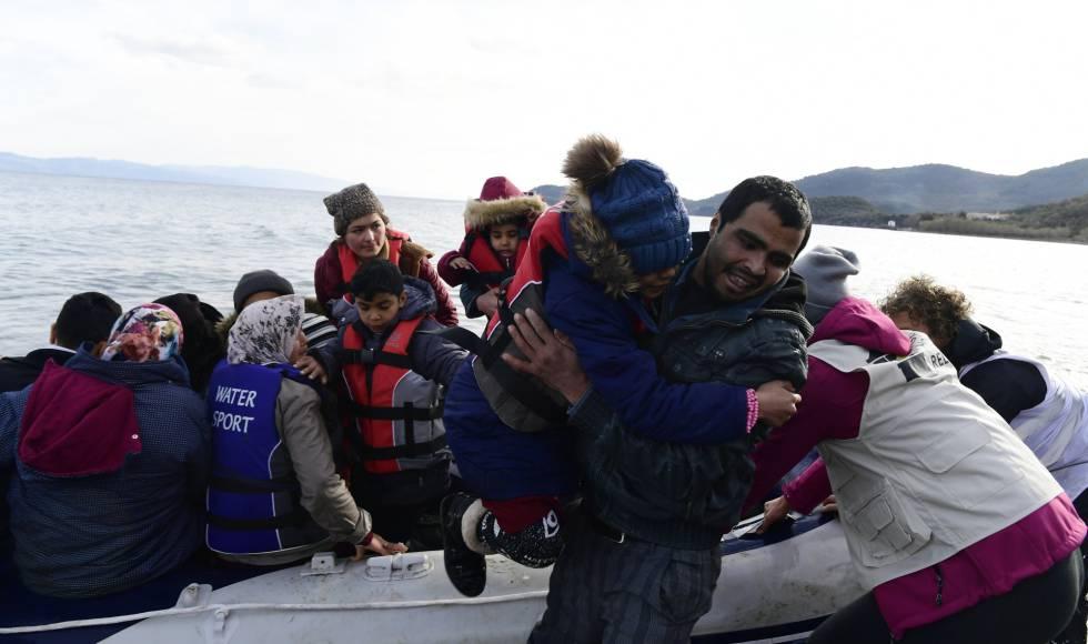 Llegada de migrantes a Skala Sikaminias, en la isla griega de Lesbos, este viernes.