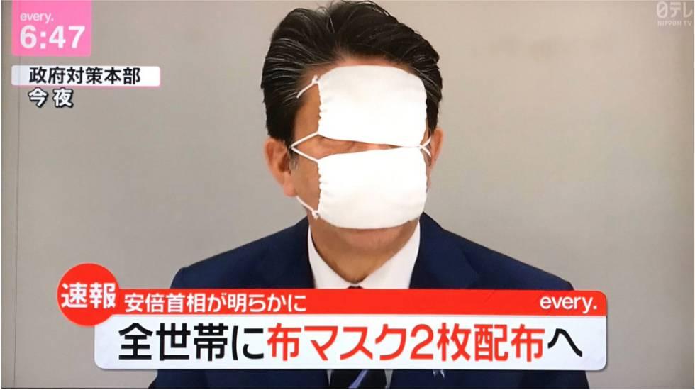 Meme con la imagen en TV del primer ministro Shizo Abe ridiculizado tras anunciar el envío de dos mascarillas por hogar.