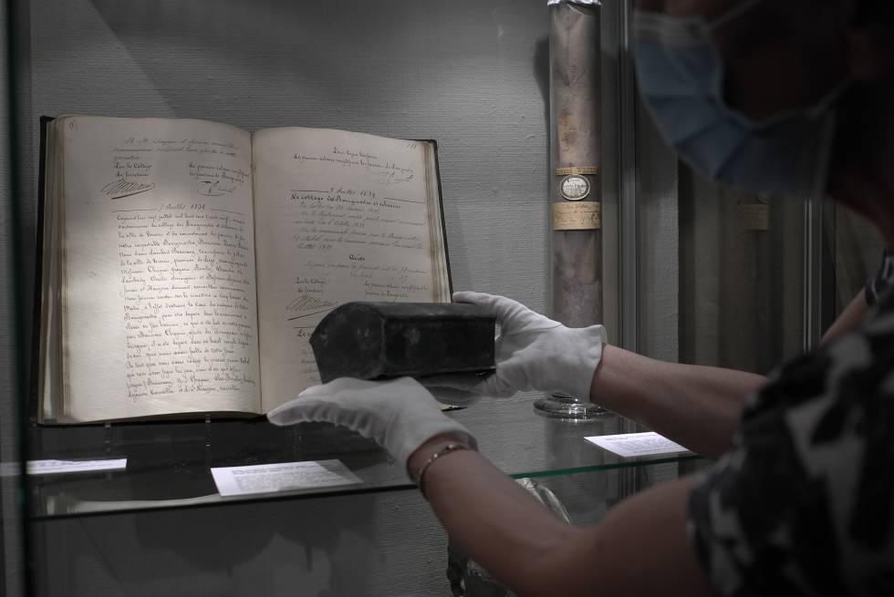 Nathalie Weerts, conservadora adjunta del Museo de Bellas Artes de Verviers, muestra el cofre que contiene el corazón del antiguo alcalde de la ciudad, Pierre David.
