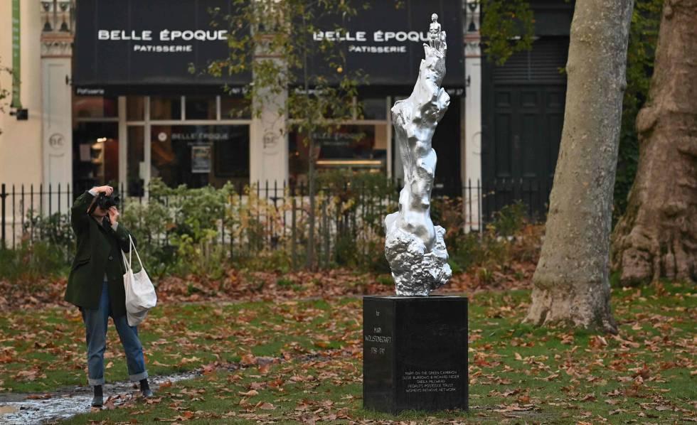 Una viandante fotografía la escultura en honor a Mary Wollstonecraft en Londres el pasado día 10.