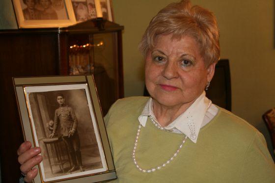 Esperanza Pérez Zamora muestra una fotografía de su padre.