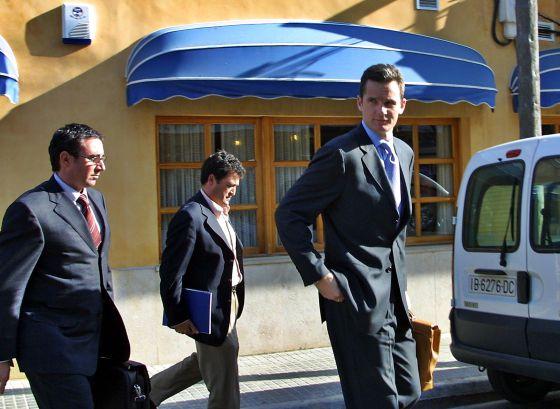 Urdangarin, junto a Diego Torres (izquierda) y 'Pepote' Ballester, en Palma en marzo de 2003. / TOLO RAMÓN
