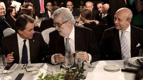 Artur Mas, José Manuel Lara y José Ignacio Wert se han sentado esta noche en la misma mesa durante la gala de la entrega de los premios Planeta. / Albert Olivé (EFE)