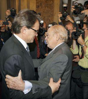 Artur Mas es felicitado por Jordi Pujol tras su reelección como presidente de la Generalitat. / A. DALMAU (EFE)