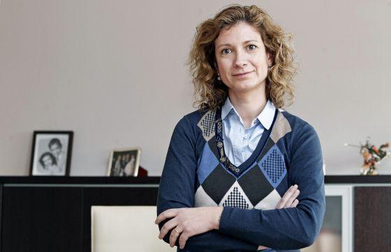 Loreto Dolz, la hermana del fallecido, en el despacho de su empresa. / MANUEL BRUQUE (EFE)