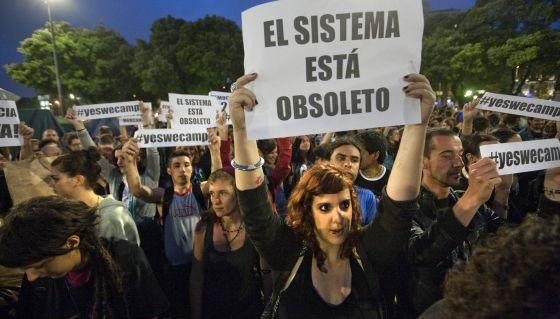 Manifestantes del 15-M durante una protesta en la plaza de Catalunya (Barcelona) en mayo de 2011.