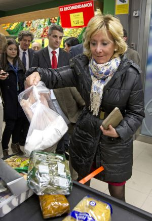 Then-regional premier Esperanza Aguirre visits a supermarket in central Madrid on its inauguration in March 2012. Later that day, Madrid Mayor Ana Botella also paid a visit.