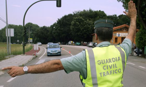 Un guardia civil para a un conductor en un control.