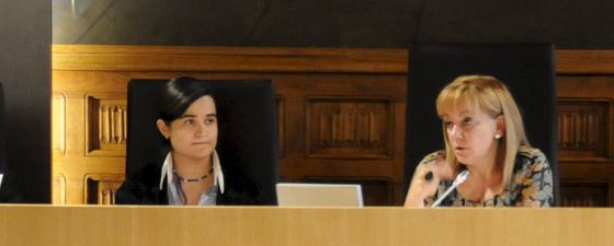 Montserrat Triana Martínez (left) sitting next to Isabel Carrasco at León Provincial Council.