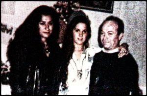 Las dos hijas y el padre en su casa.