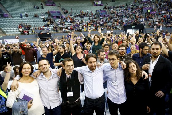 Pablo Iglesias (center in white shirt) surrounded by other Podemos leaders at the party assembly this weekend.