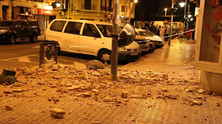 Destroços de um edifício em uma rua de Melilla.
