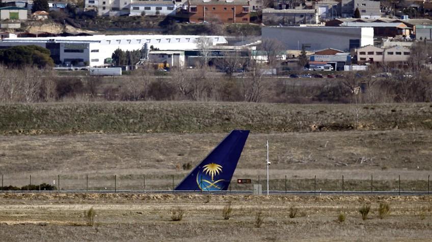 Cauda do avião da Saudi Airlines, no terminal 4 de Barajas.