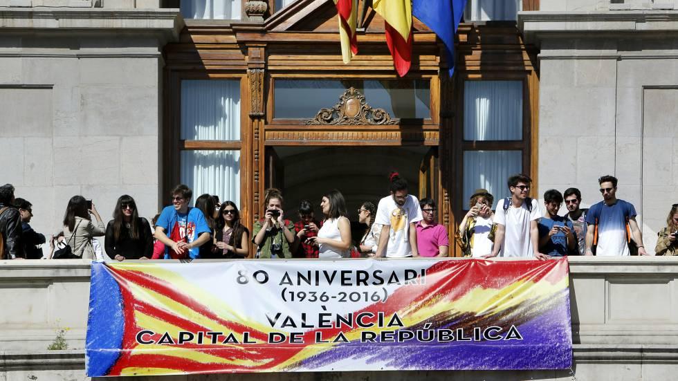 El Gobierno pide a ayuntamientos valencianos que retiren la tricolor