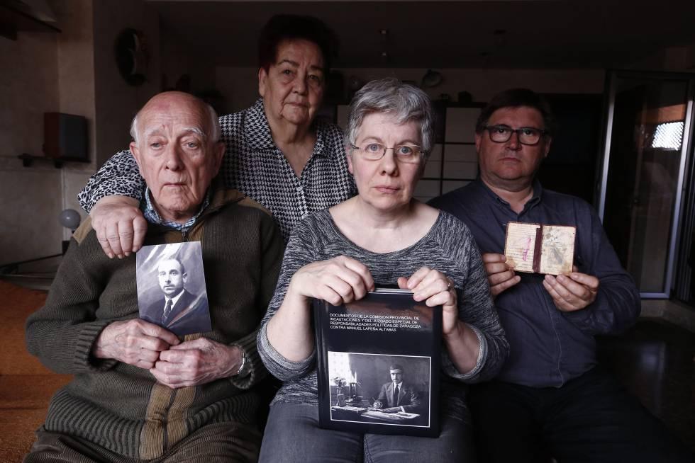 Manuel Lapeña, primero por la izquierda, muestra una fotografía de su padre fusilado, acompañado de su familia en su casa de Zaragoza el pasado 12 de mayo.