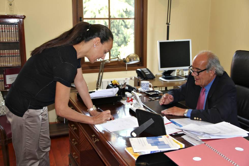Una mujer sefardí firma el certificado de nacionalidad española en el consulado español de Estambul (Turquía).