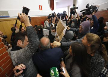 Violent crowd disrupts talk by ex-Socialist PM at Madrid university
