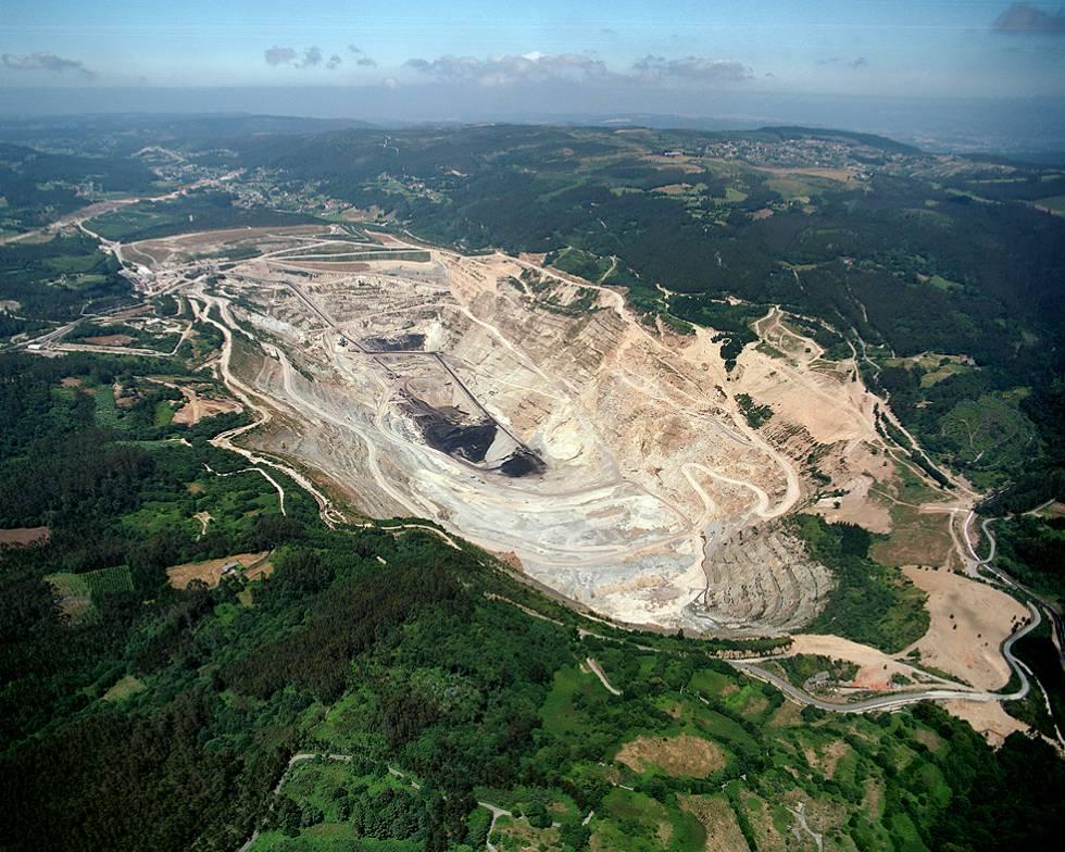 Hueco de la mina de Meirama antes de convertirse en un lago.