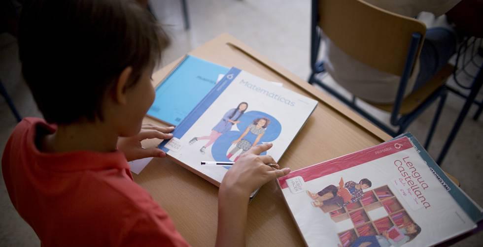 a97197082 Libros de texto de un alumno del colegio de educación de infantil y  primaria