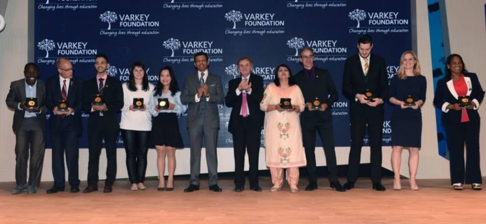 Los 10 finalistas del Global Teacher Prize 2017 con Sunny Varkey, presidente de la fundación que organiza el premio.