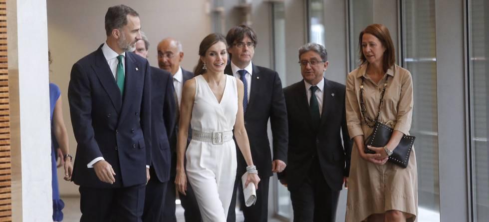 Los Reyes a su entrada en el auditorio de Girona acompañados por el delegado del Gobierno en Cataluña, Enric Millo, el presidente de la Generalitat, Carles Puigdemont, y la alcaldessa de Girona, Marta Madrenas.