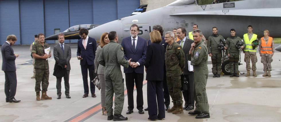 Spanish Prime Minister Mariano Rajoy (center) and Defense Minister María Dolores de Cospedal in Amari, Estonia.