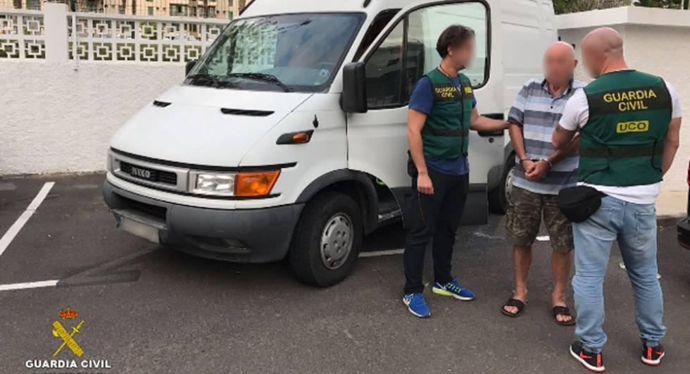 El detenido junto a dos agentes de la Guardia Civil.
