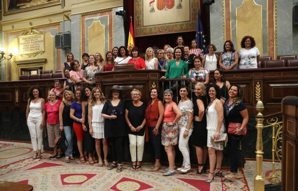 Miembros de MUPOLIA, asociación de mujeres de todos los cuerpos y fuerzas de seguridad del Estado, en el Congreso de los Diputados.