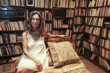La escritora Núria Amat, en su casa de Barcelona.