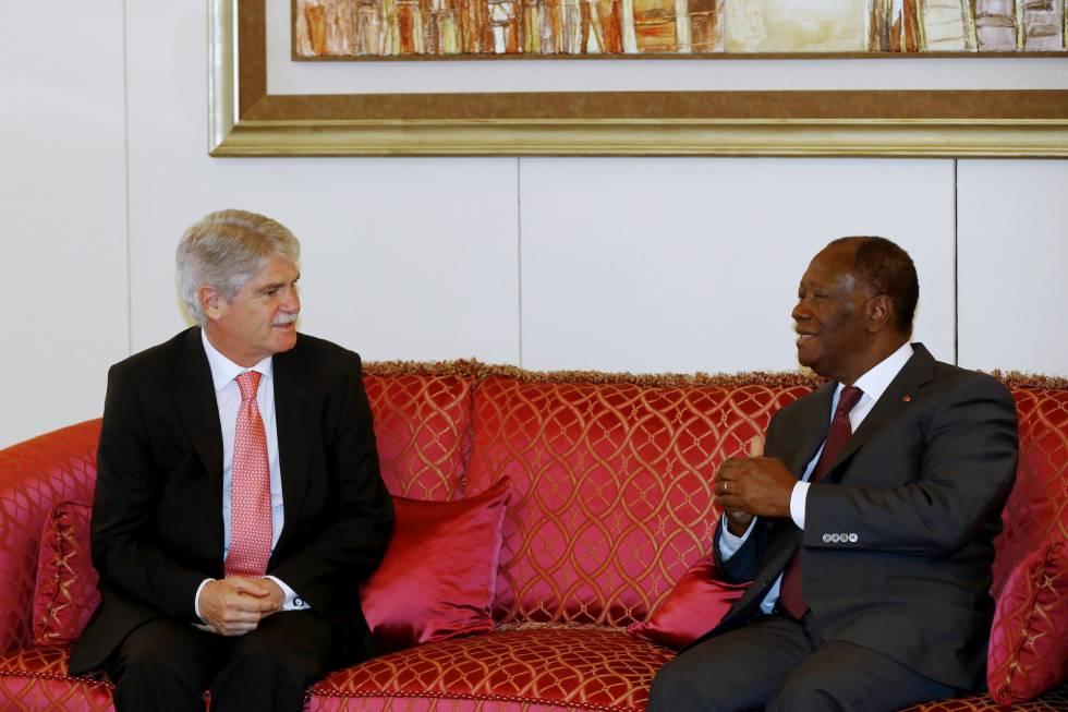 El ministro español de Exteriores, Alfonso Dastis, con el presidente de Costa de Marfil, Alassane Ouattara.