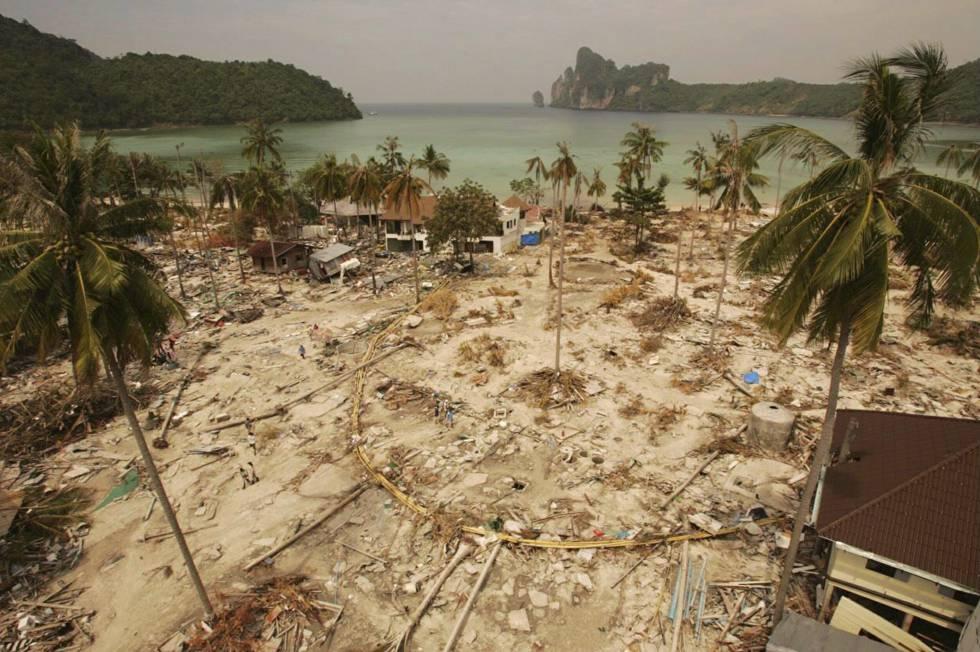 Una de las playas del archipiélago Kho Phi Phi (Tailandia) devastada por el tsunami de 2004.