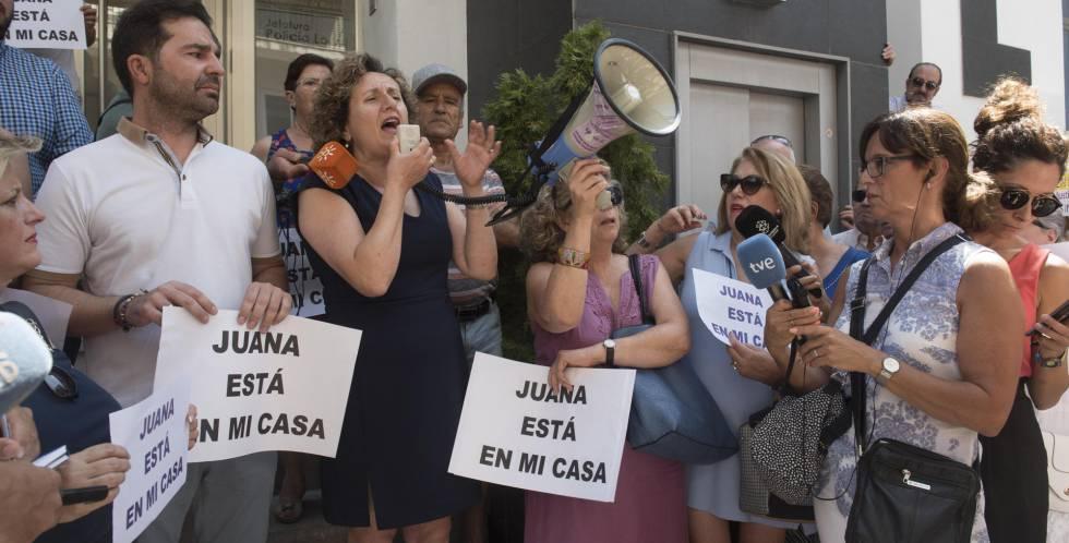 Varios centenares de personas se han concentrado en Maracena (Granada) en apoyo a su vecina Juana Rivas.