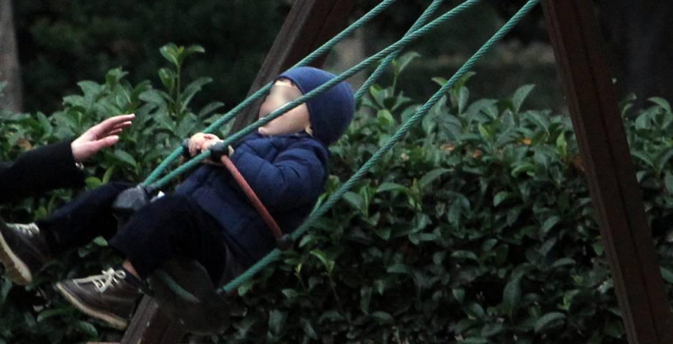 Foto de archivo de un niño en el parque del Retiro de Madrid.
