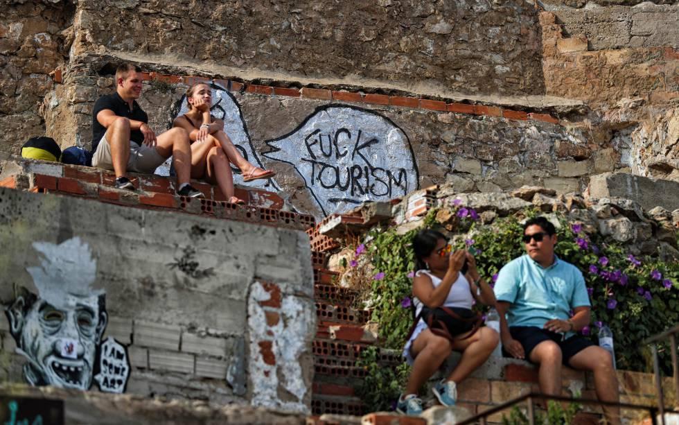 Pintadas contra el turismo en el mirador de las baterías antiaéreas de El Carmel en Barcelona.