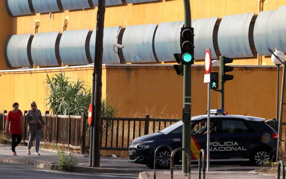 Fachada del Centro de Internamiento de Extranjeros (CIE) de Aluche, en Madrid.