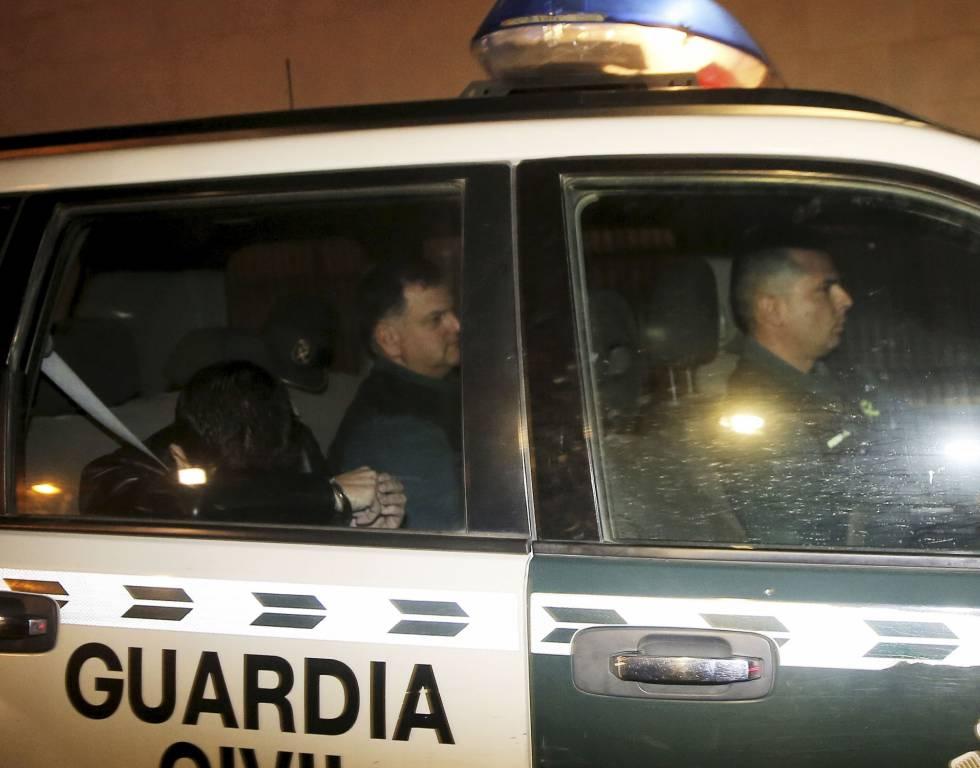 Agentes de la Guardia Civil trasladan a un detenido, en una imagen de archivo.