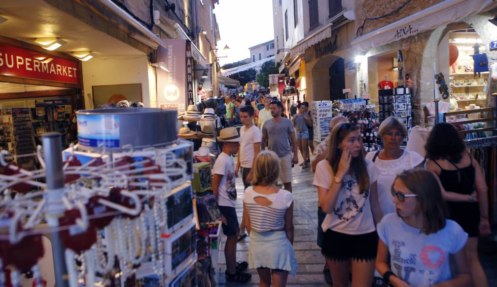 Tourists shopping in Alcudia, Mallorca.