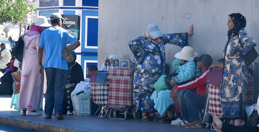 Un grupo de porteadores, este miércoles, junto a la frontera de El Tarajal.