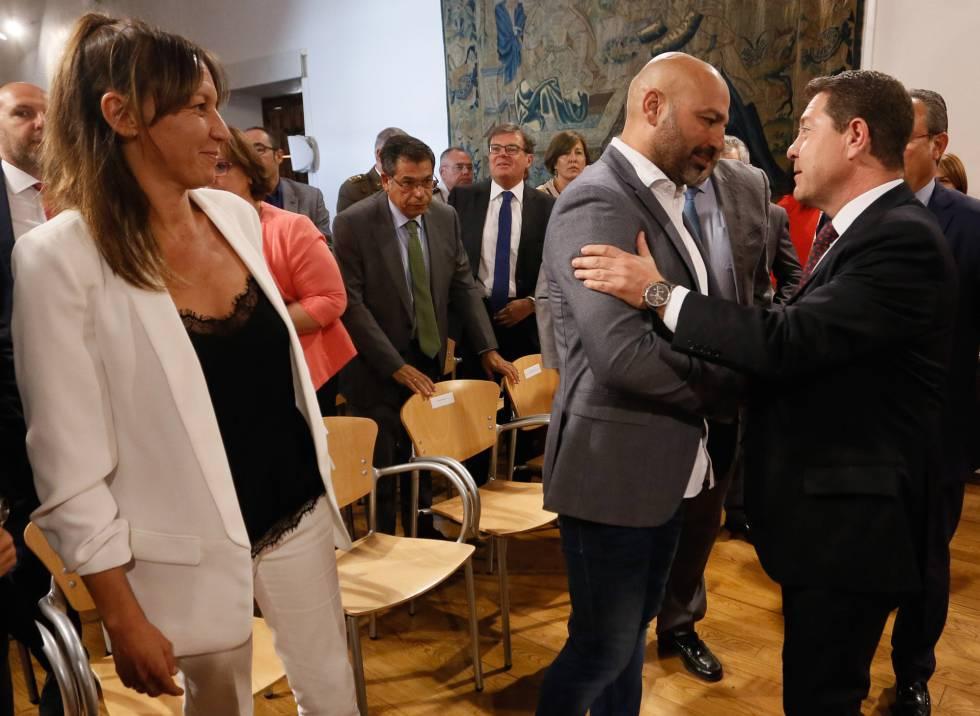 El presidente de Castilla-La Mancha, durante la jura de cargos de los nuevos miembros de su Gobierno pertenecientes a Podemos.