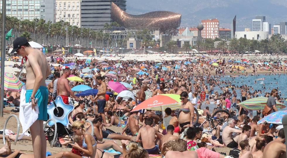 Bañistas en la playa de la Barceloneta (Barcelona) el domingo 13 de agosto.