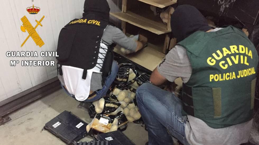 Los agentes encuentran el hachis oculto entre bolsas de patatas.