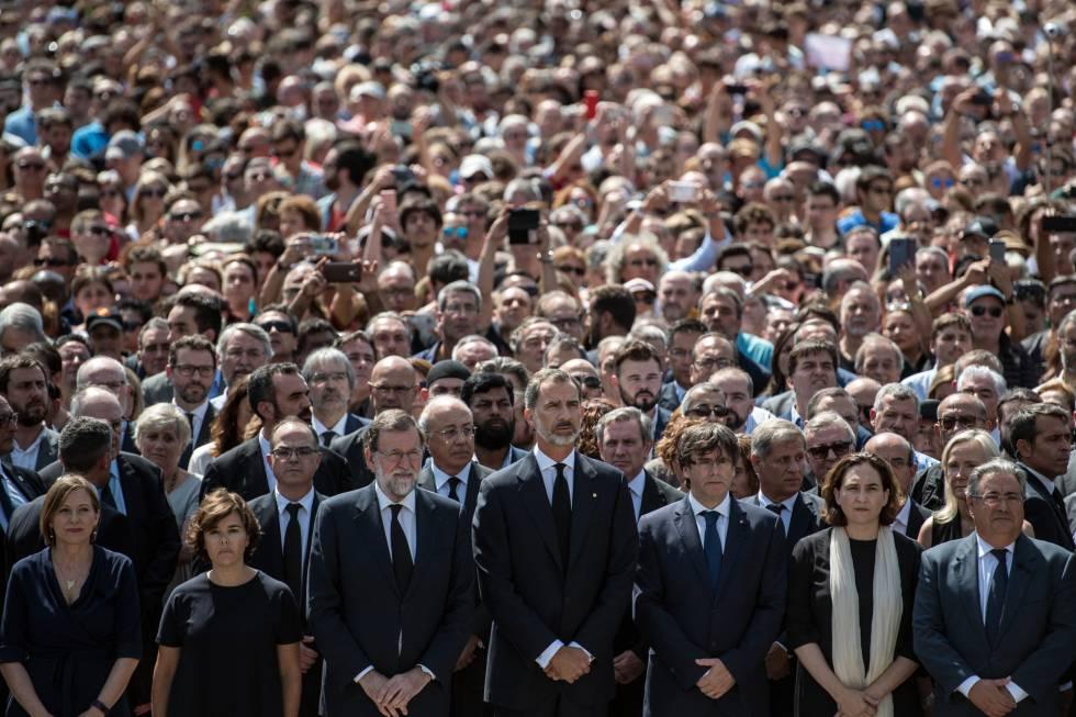 Las autoridades encabezan la concentración de repulsa en Barcelona.